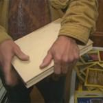 Mężczyzna znalazł w książce ponad 20 tysięcy dolarów