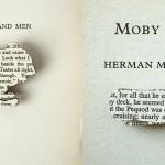 Drewniane broszki z fragmentami klasycznych powieści