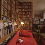 Patrick Modiano pokazuje swoje miejsce pracy i domową kolekcję książek