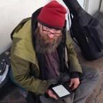 Bezdomny dostał czytnik, aby nie musiał czytać w kółko kilku książek