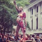 Naga Amanda Palmer jako pomnik zachęcała do oddawania książek dziecięcych dla bibliotek