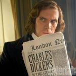 """Pierwsze zdjęcia Dana Stevensa w roli Charlesa Dickensa z filmu opowiadającego o powstaniu """"Opowieści wigilijnej"""""""