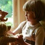 """Domhnall Gleeson i Margot Robbie w zwiastunie filmu biograficznego o relacjach twórcy """"Kubusia Puchatka"""" z synem Christopherem Robinem"""