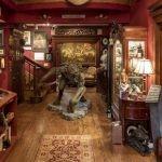 Kolekcja książek i literackie artefakty w niezwykłym domu Guillerma del Tora