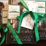 """Kanadyjczycy odnajdują w całym kraju egzemplarze powieści """"Grace i Grace"""" Margaret Atwood z listem od autorki"""