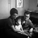 """Dokument """"Beksińscy. Album wideofoniczny"""" ? opowieść o skomplikowanej relacji ojca z synem na podstawie książki Magdaleny Grzebałkowskiej"""