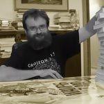 Andrzej Pilipiuk pokazuje domową biblioteczkę i opowiada o literackich inspiracjach