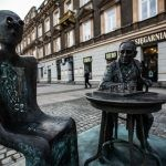 Gombrowicz gra w szachy na radomskim deptaku. W centrum miasta stanęła rzeźba pisarza
