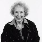 """Margaret Atwood nie otrzymuje żadnych zysków z serialu """"Opowieść podręcznej"""". Wyjaśnia, dlaczego"""
