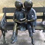 USA: nieznany sprawca ukradł dzieciom z posągu książkę