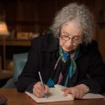 """Margaret Atwood pisze kontynuację """"Opowieści podręcznej""""!"""
