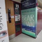 Szkoła przekształciła ściany korytarza w gigantyczne okładki książek. Chce zachęcić uczniów do czytania i dyskutowania o literaturze również poza salami lekcyjnymi