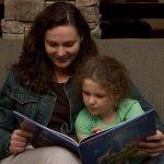 """Polscy lekarze wręczają rodzicom """"recepty"""" na czytanie dzieciom. Ruszyła akcja """"Książka na receptę. Recepta na sukces"""""""