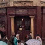 """Neil Gaiman pokazuje antykwariat Azirafala z ekranizacji """"Dobrego omenu"""". Zobacz materiał filmowy w 360°"""