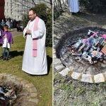 """Przed kościołem w Gdańsku księża spalili """"Harry'ego Pottera"""" i inne """"magiczne"""" książki"""
