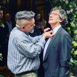 """Neil Gaiman spóźnił się na premierę serialu """"Dobry omen"""", bo nie wiedział, jak zawiązać muszkę. Na uroczystości piękny gest w hołdzie Pratchettowi"""