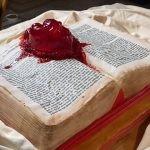 """Otwarta książka z bijącym sercem pośrodku ? budzący grozę tort inspirowany nowelą """"Serce oskarżycielem"""" Poego"""