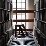 Polscy więźniowie poprawiają statystyki czytelnictwa. Biblioteki to jedne z najczęściej odwiedzanych miejsc w aresztach, po książki sięga do 80% skazanych