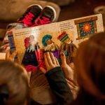 Czytanie z dziećmi tradycyjnych książek bardziej wzmacnia więź niż wspólna lektura z tabletu