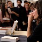 """Jak zareagują mąż i przyjaciele, gdy Léa odniesie sukces jako pisarka? Komedia """"Małe szczęścia"""" na podstawie sztuki Daniela Cohena już w kinach"""