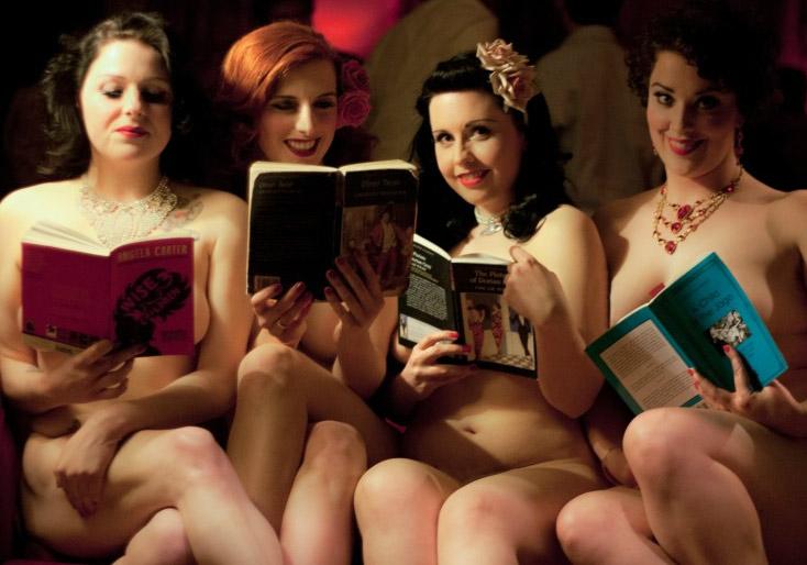 Nagie dziewczyny czytają