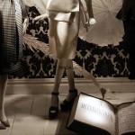 Literackie motywy promują modę w oknach wystawowych