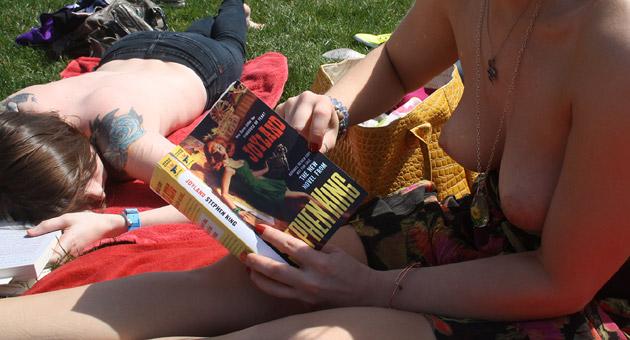 """topless czytają """"Joyland"""" - 1"""