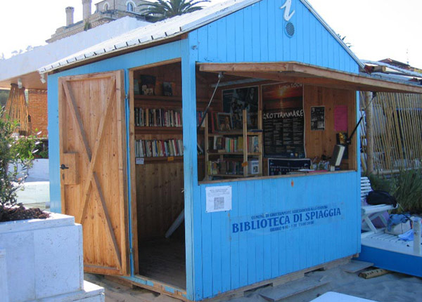 biblioteka na plaży Grottammare