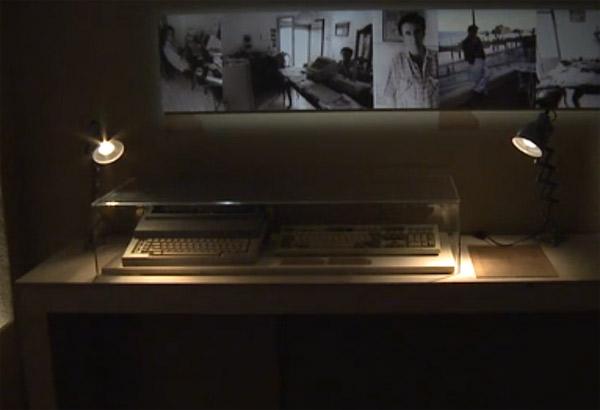 Maszyna do pisania i klawiatura, jakich pisarz używał pracując nad swoimi powieściami.