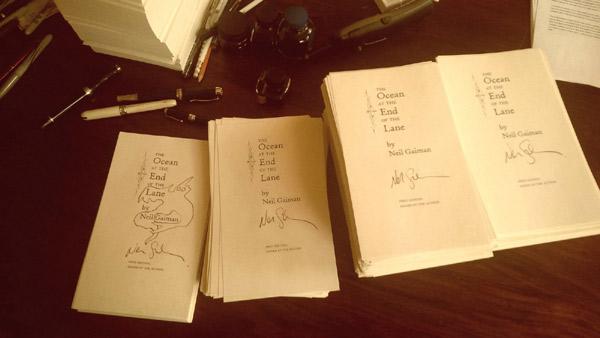 9 tysięcy tytułowych kart książki z autografem Neila Gaimana, które zostały dołączone w drukarni do limitowanych, anglojęzycznych wydań powieści.