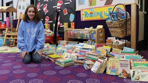nastolatka rozdaje książki
