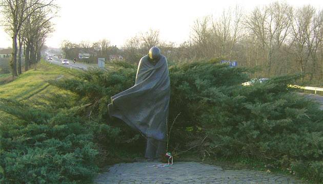 pomnik poety staranowany - 1