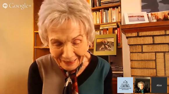 Alice Munro korzysta z nowych technologii, rozmawiając na wideo czacie z Margaret Atwood.