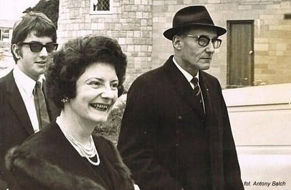 """Graham Masterton wraz z autorem """"Nagiego lunchu"""" podczas wycieczki incognito do siedziby scjentologów w Saint Hill."""