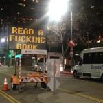 """Zhakowano tablicę drogową w Los Angeles. Wyświetla napis: """"Czytaj jebaną książkę"""""""