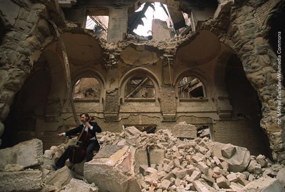 Vedran Smajlović gra na wiolonczeli w częściowo zburzonym budynku Biblioteki Narodowej w Sarajewie w 1992 roku.