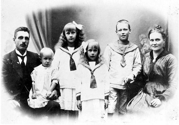 Astrid Lindgren (trzecia od lewej) z rodziną w młodości.