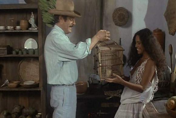 """Marcello Mastroianni i Sônia Braga w kinowej ekranizacji powieści """"Gabriela, cynamon i goździki""""."""