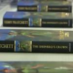 """Neil Gaiman zdradził, że Terry Pratchett planował inne zakończenie """"Korony Pasterza"""" [Uwaga! Spoiler]"""
