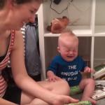 Ten 10-miesięczny chłopiec płacze za każdym razem, kiedy rodzice skończą czytać mu książkę
