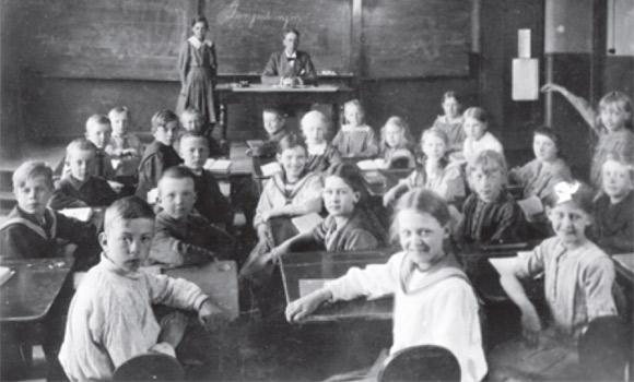 Astrid w klasie (po prawej z wyciągniętą ręką).