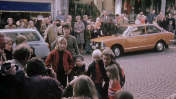 Astrid pozuje z małymi czytelnikami do zdjęcia.