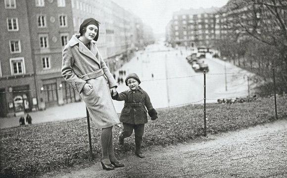 Astrid ze swoim synkiem, Larsem.