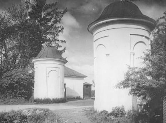 Białe wieże ? wjazd do majątku i symbol Jasnej Polany.