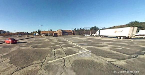 """Nieistniejący już parking na autostradzie I-95 przecinającej Maine, gdzie rozgrywa się akcja opowiadania """"130. kilometr""""."""