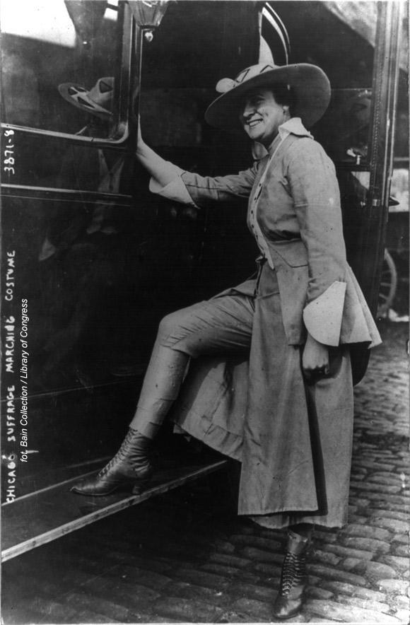 Amerykańska sufrażystka demonstruje obcisłe spodnie noszone pod spódnicą podczas parady w 1916 roku.