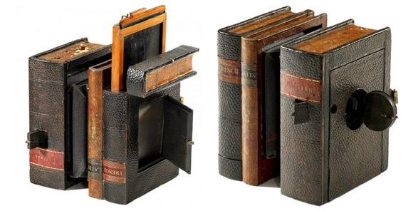 Wprowadzony na rynek w 1892 roku aparat fotograficzny. Produkowany był z myślą o klientach, którzy nie chcieli wzbudzać na ulicy powszechnego zainteresowania, mając ze sobą przenośny aparat, stąd obudowa imitowała komplet trzech książek.