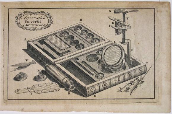 """Wyprodukowany i sprzedawany przez Jamesa Ayscougha w połowie XVIII wieku uniwersalny mikroskop, który wraz z akcesoriami zapakowany był w drewniane pudełko wyglądające jak książka. Niestety instrumenty produkowane przez Anglika są obecnie bardzo rzadkie, nie wiadomo również o żadnym zachowanym do naszych czasów egzemplarzu mikroskopu. Jedynym śladem jego istnienia jest ilustracja i opis z periodyku """"The Universal Magazine? z kwietnia 1753"""