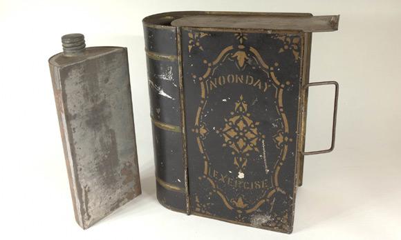 Nie samymi książkami człowiek żyje. Od czasu do czasu trzeba też coś zjeść. Pudełko na lunch z ok. 1875 roku.