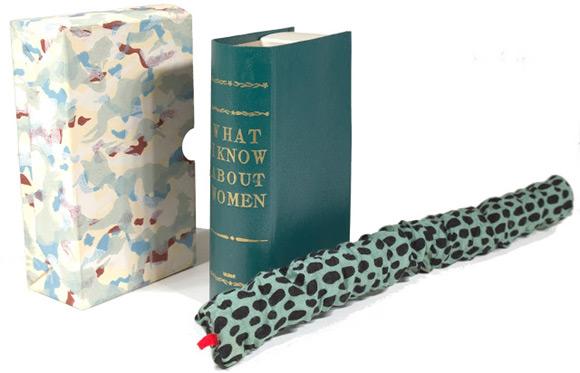 """Pluszowy wąż mieszkający w opakowaniu po książce """"Co wiem o kobietach?."""